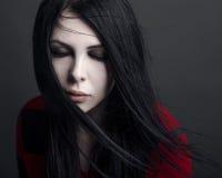 美丽的巫婆和万圣夜题材:一个女孩吸血鬼的画象有黑发的 免版税库存图片