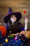 美丽的巫婆在与笤帚的紫色万圣夜 库存图片