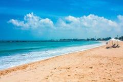 美丽的巴厘语海滩、白色沙子和大海 免版税库存照片