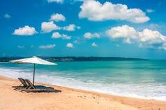 美丽的巴厘语海滩、白色沙子和大海 库存图片