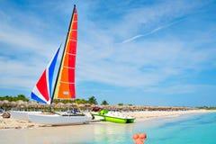 美丽的巴拉德罗角海滩在有一条五颜六色的风船的古巴 免版税库存照片