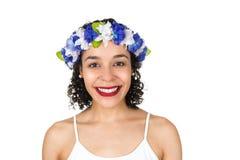 美丽的巴西微笑的妇女 黑人妇女佩带花圈 S 图库摄影