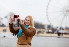 美丽的巴黎妇女年轻人 免版税库存照片