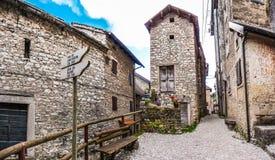 美丽的巷道在历史名城Casso,弗留利,意大利 免版税图库摄影