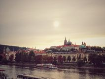 美丽的布拉格 在伏尔塔瓦河河的惊人的看法 cesky捷克krumlov中世纪老共和国城镇视图 免版税库存照片