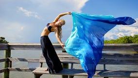 美丽的布料流妇女 免版税库存照片