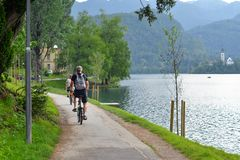 美丽的布莱德湖在朱利安阿尔卑斯山和循环的旅游山、清楚的蓝绿色水湖和剧烈的天空蔚蓝 免版税库存图片