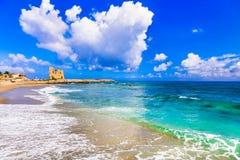 美丽的布里亚蒂科,与老撒拉逊人塔和天蓝色海的看法 库存照片