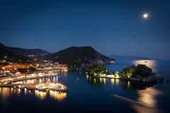 美丽的希腊村庄Parga在夜,希腊,伊庇鲁斯同盟地区之前 库存图片