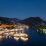 美丽的希腊村庄Parga在夜,希腊,伊庇鲁斯同盟地区之前 库存照片