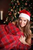 美丽的帽子圣诞老人妇女年轻人 免版税库存图片