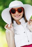 美丽的帽子太阳镜妇女 免版税库存照片