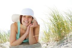 美丽的帽子微笑的妇女年轻人 库存照片
