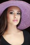 美丽的帽子紫色妇女年轻人 免版税图库摄影