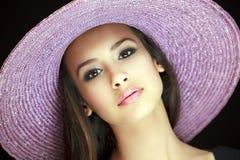 美丽的帽子紫色妇女年轻人 免版税库存照片