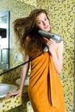 美丽的干毛发她的妇女 免版税库存图片