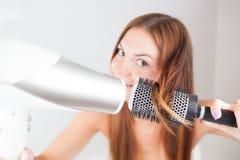 美丽的干毛发她的妇女 免版税图库摄影