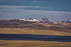 美丽的干草原和遥远的山 库存照片