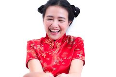 美丽的年轻亚裔妇女佩带的汉语穿戴传统cheongsam或qipao 礼物的被接受的红色信封 库存照片
