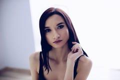 美丽的年轻体贴的深色的妇女 免版税库存照片