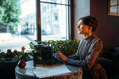 美丽的年轻减速火箭的夫人画象咖啡馆的 库存照片