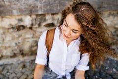 美丽的年轻十几岁的女孩在老镇 库存照片