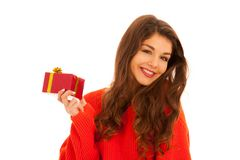 美丽的年轻十几岁的女孩拿着一个礼物islated在白色 免版税库存图片