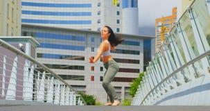 美丽的年轻在桥梁的芭蕾舞女演员实践的舞蹈在城市4k 股票视频