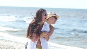美丽的年轻女人由海放松 两个女朋友接近的画象获得乐趣在度假暑假 影视素材