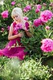 美丽的年轻女人画象的室外关闭在开花的庭院里 女性春天时尚概念 库存图片