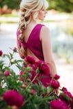 美丽的年轻女人画象的室外关闭在开花的庭院里 女性春天时尚概念 免版税库存照片