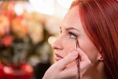 美丽的年轻女人面孔特写镜头与秀丽构成,新鲜的软的皮肤和长黑厚实睫毛申请的 库存照片