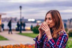 美丽的年轻女人饮用的咖啡 免版税图库摄影