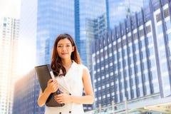 美丽的年轻女商人从大学, a毕业了 免版税库存图片