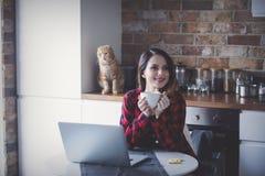 美丽的年轻女实业家有一个咖啡休息 免版税图库摄影
