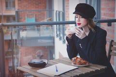 美丽的年轻女实业家有一个咖啡休息 免版税库存图片