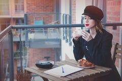 美丽的年轻女实业家有一个咖啡休息 免版税库存照片