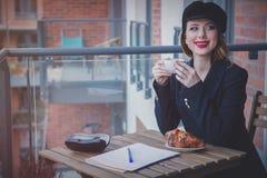 美丽的年轻女实业家有一个咖啡休息 图库摄影