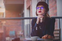 美丽的年轻女实业家有一个咖啡休息 库存图片