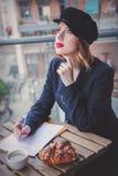 美丽的年轻女实业家有一个咖啡休息 库存照片