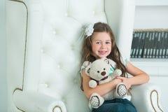 美丽的年轻微笑的少年女孩 免版税库存图片