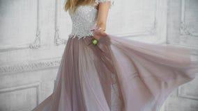 美丽的年轻成人女孩在慢动作的紫色礼服转动 股票视频