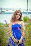 美丽的年轻深色的妇女画象草甸的在河附近 库存图片