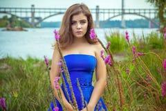 美丽的年轻深色的妇女画象草甸的在河附近 图库摄影