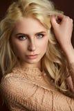 美丽的年轻白肤金发的女孩时尚照片画象  免版税库存照片