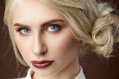 美丽的年轻白肤金发的女孩时尚照片画象  库存照片