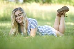 美丽的年轻白肤金发的妇女在镶边礼服-夏天时尚摆在 库存图片