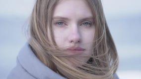 美丽的年轻白肤金发的妇女特写镜头有看在照相机的长发和蓝眼睛的 可爱的妇女  股票录像