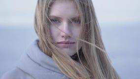 美丽的年轻白肤金发的妇女特写镜头画象有看在照相机的长发和蓝眼睛的 可爱的妇女  股票录像