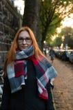 美丽的年轻红色头发女孩画象在秋天阿姆斯特丹,室外 免版税图库摄影